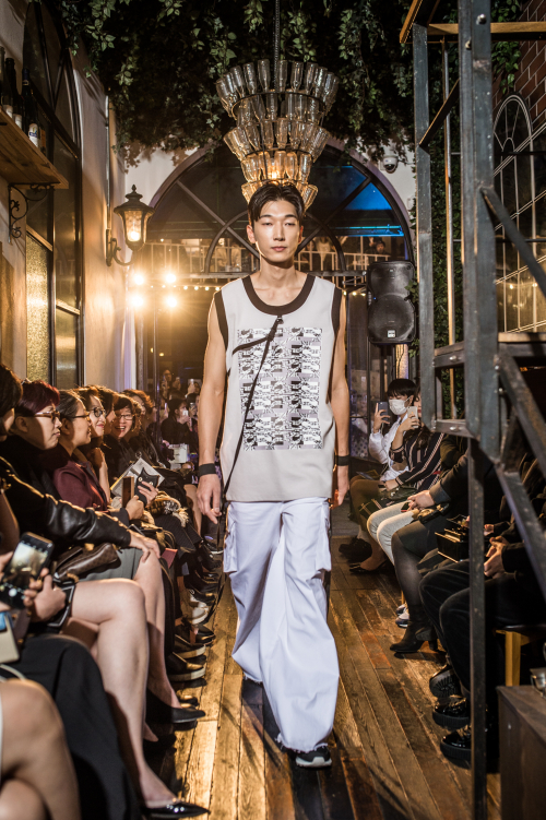 [곽현주컬렉션] BUCKLE GRAY SLEEVELESS TOP