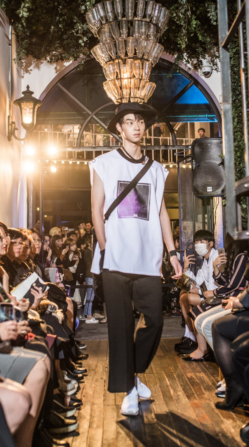 [곽현주컬렉션] BACK BUCKLE WHITE SLEEVELESS TOP